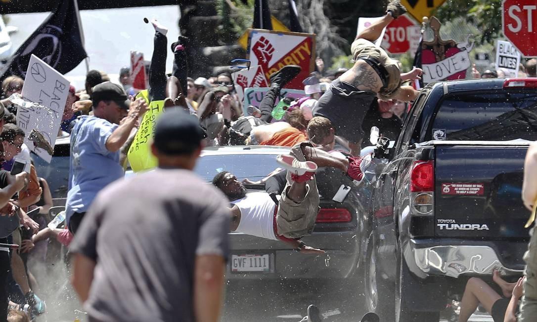 Um carro atropela dezenas de pessoas que protestavam contra supremacistas brancos em Charlottesville, no estado de Vírginia, EUA Ryan M. Kelly / AP