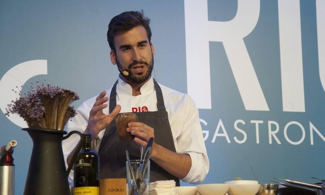 O chef português Pedro Pena Bastos ensinou pratos da cozinha alentejana moderna Adriana Lorete / Agência O Globo