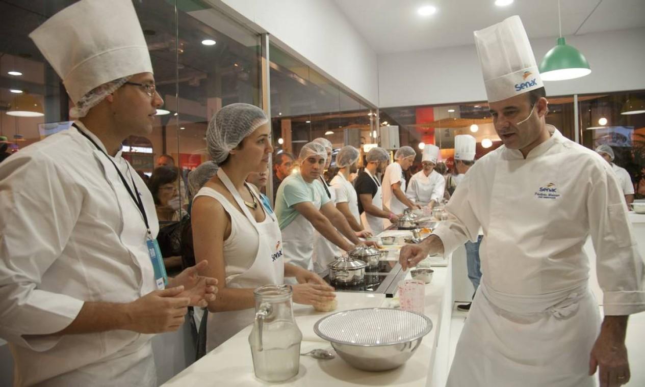 O chef Frédéric Monnier ensinou a fazer foccacia na Cozinha Mão na Massa, no Auditório Senac Foto: Adriana Lorete / Agência O Globo
