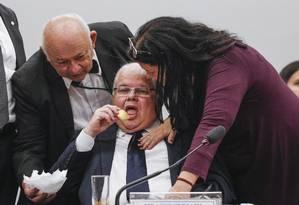 O presidente da comissão de reforma política, Lúcio Vieira Lima, come pão de queijo: o deputado é suspeito de ter recebido R$ 1 milhão da Odebrecht Foto: André Coelho / Agência O Globo