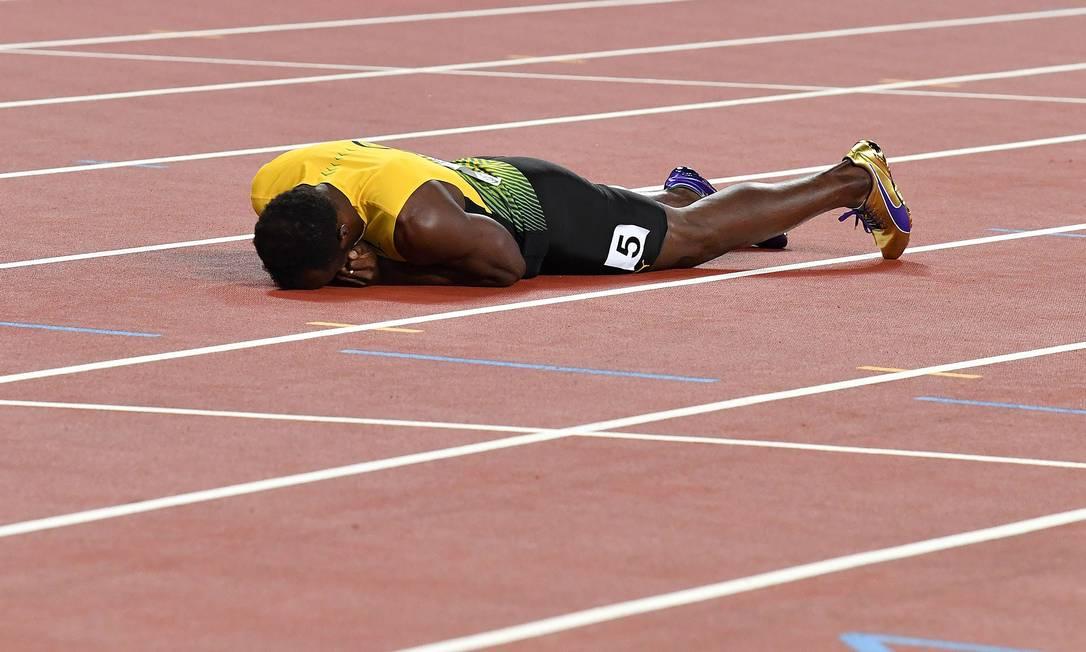 O maior velocista de todos os tempos cai aos prantos na pista em Londres ANDREJ ISAKOVIC / AFP