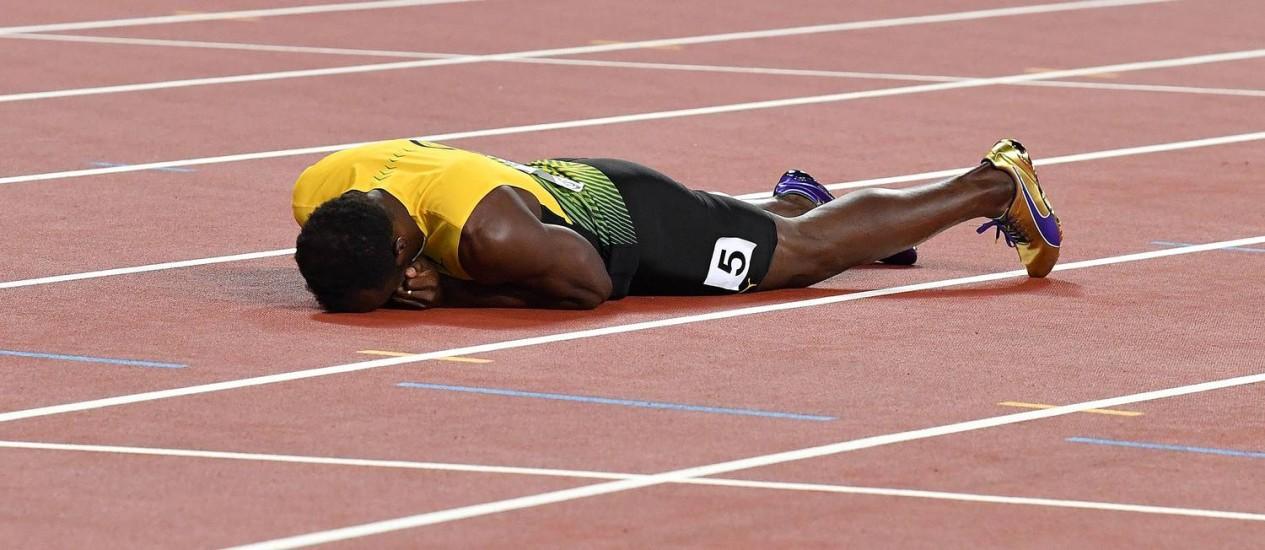 O maior velocista de todos os tempos cai aos prantos na pista em Londres Foto: ANDREJ ISAKOVIC / AFP
