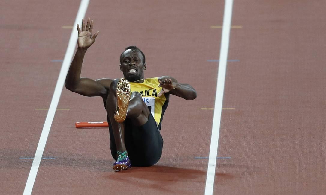 Bolt até tentou voltar para a prova, mas não resistiu às dores ADRIAN DENNIS / AFP