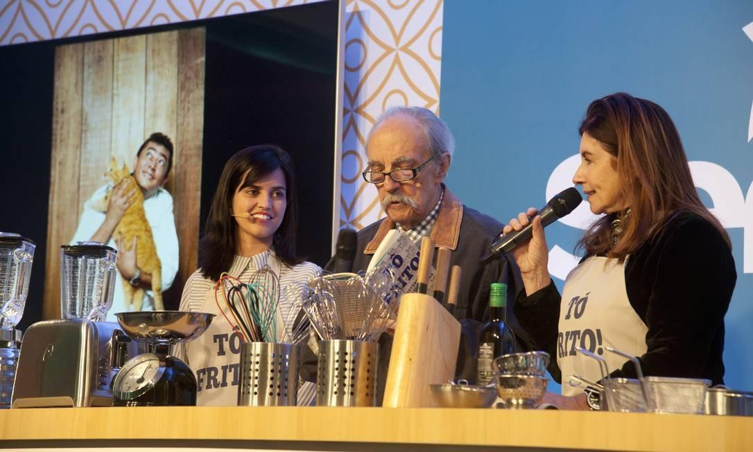 As jornalistas Renata Monti (esquerda) e Luciana Fróes, autoras do livro 'Tô frito', com José Hugo Celidônio, um dos convidados de sua apresentação Adriana Lorete / Agência O Globo