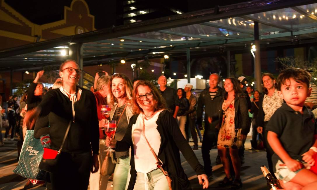 Público se diverte durante a apresentação do DJ Nepal Monica Imbuzeiro / Agência O Globo