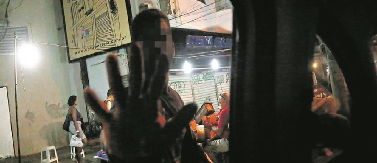 Em Madureira, ambulante tenta impedir foto de banca com vários produtos: até frango é vendido na calçada Foto: Márcio Alves / Agência O Globo