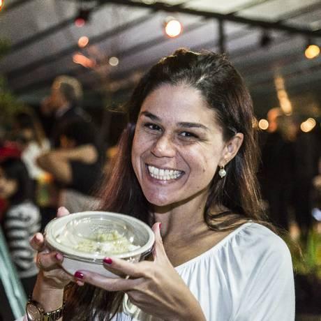 Andreia Aragao levou sua quentinha para casa Foto: Hermes de Paula / Agência O Globo