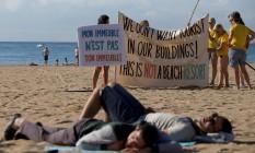 Pessoas protestam contra o turismo em massa em La Barceloneta, em Barcelona Foto: STRINGER / REUTERS