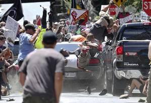 Foto mostra momento em que pessoas são atropeladas quando um veículo se dirigiu contra grupo que protestava contra manifestantes supremacistas Foto: Ryan M. Kelly / AP