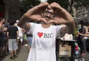Feliz. Mohamed declara seu amor aos cariocas: após ser agredido em Copacabana, evento criado nas redes levou multidão à sua barraca Foto: Leo Martins / Agência O Globo