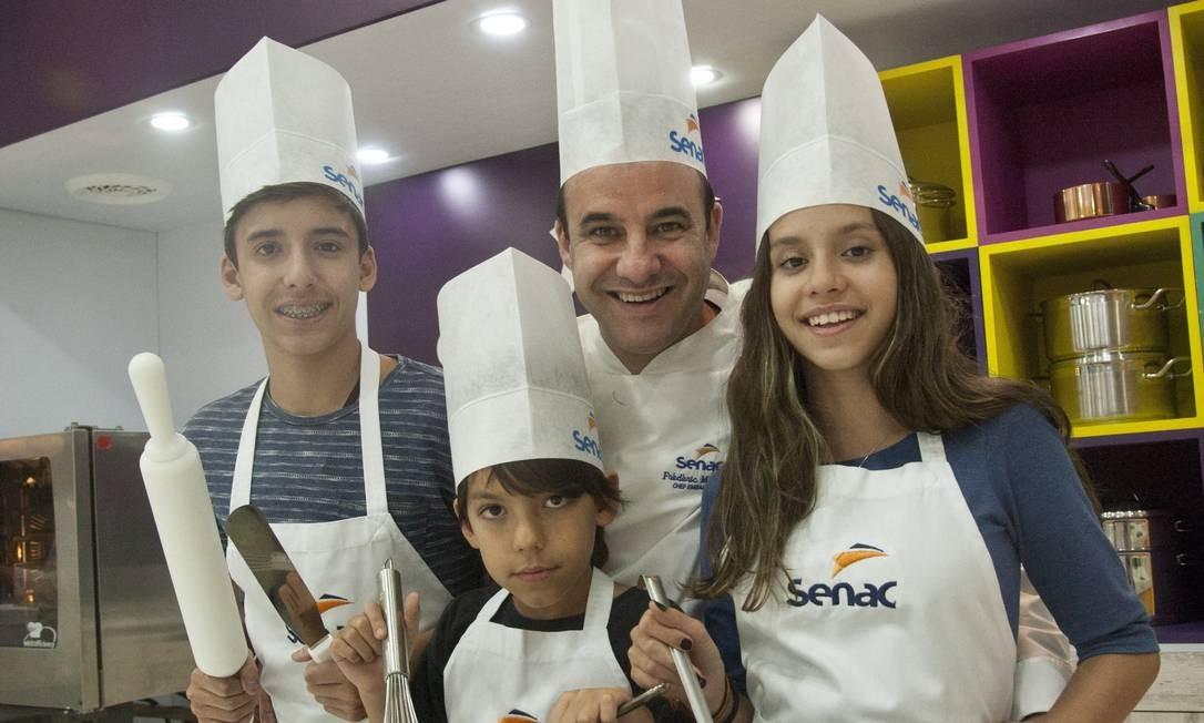 Os chefs também curtiram os filhos no Rio Gastronomia. Frédéric Monier levou as três crias ao evento: Eric (à esquerda), Daniel e Marina Adriana Lorete / Agência O Globo