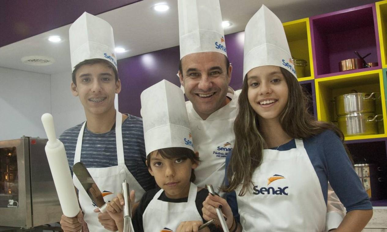 Os chefs também curtiram os filhos no Rio Gastronomia. Frédéric Monier levou as três crias ao evento: Eric (à esquerda), Daniel e Marina Foto: Adriana Lorete / Agência O Globo