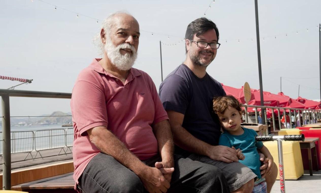 Nilton Novo (de barba branca) comemorou o Dia dos Pais com o genro Antônio e o netinho Gabriel Foto: Adriana Lorete / Agência O Globo