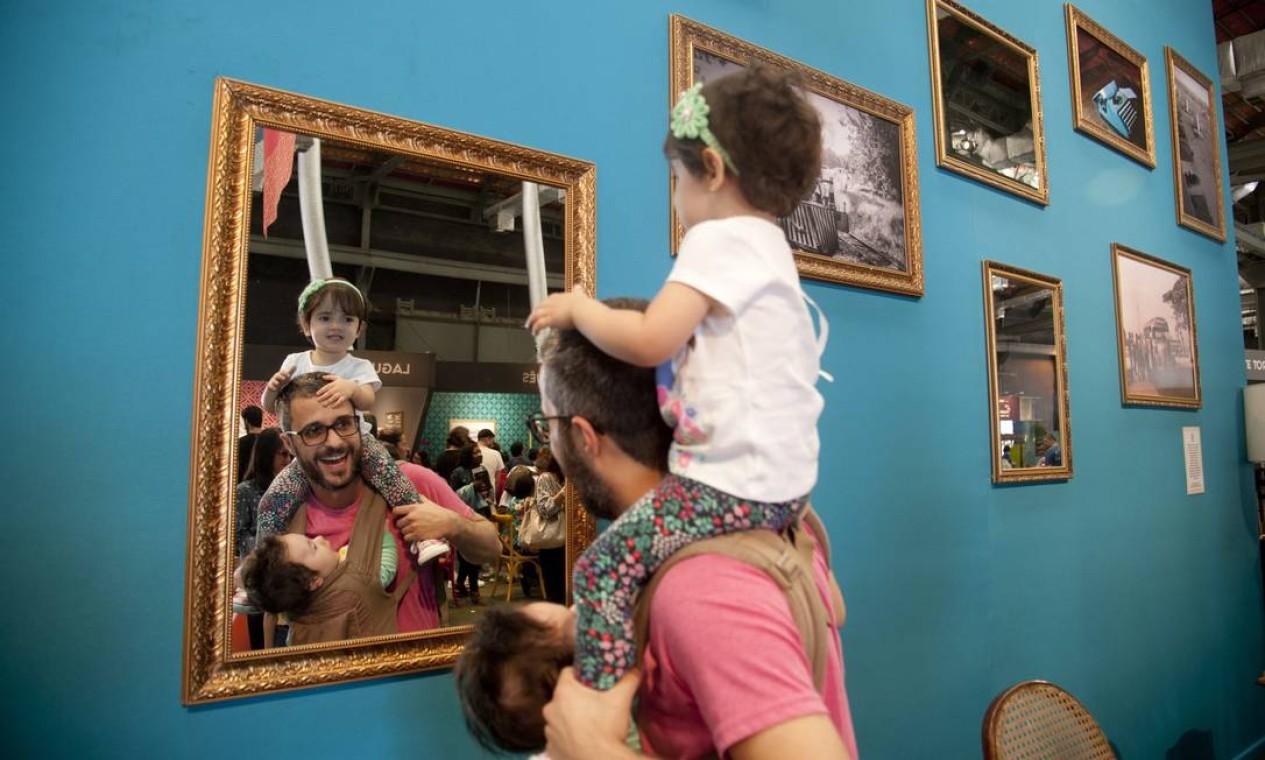 No Dia dos Pais, muitas famílias foram comemorar no Rio Gastronomia. Rafael de Oliveira Garcia levou os filhos Manuela e João Foto: Adriana Lorete / Agência O Globo