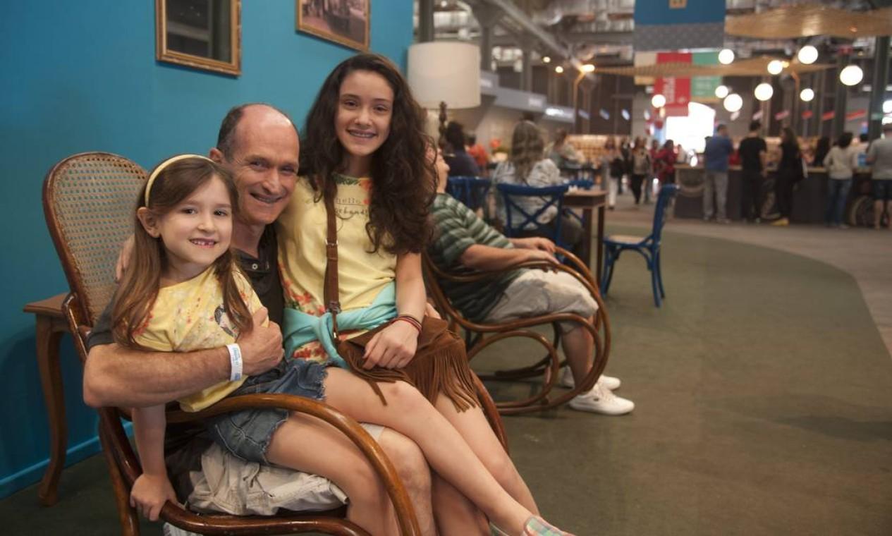 Nonato Coutinho e as filhas Luisa (à esquerda) e Amanda também celebraram a data no Píer Mauá Foto: Adriana Lorete / Agência O Globo
