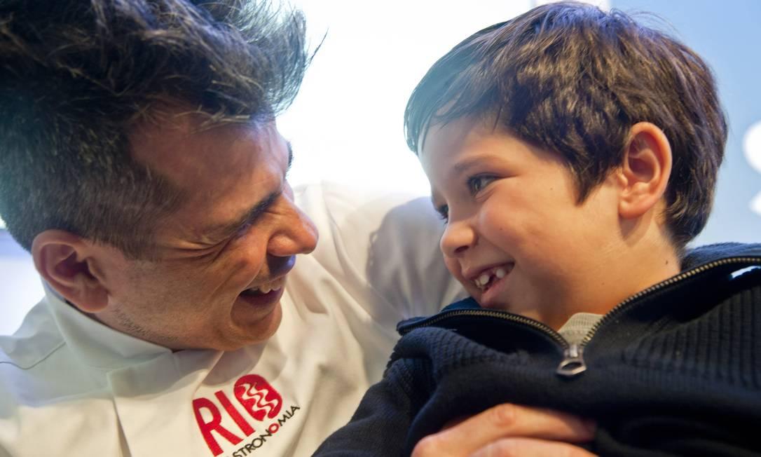 O chef Marcus Cerutti brinca com o filho Nicholas Estrela Adriana Lorete / Agência O Globo