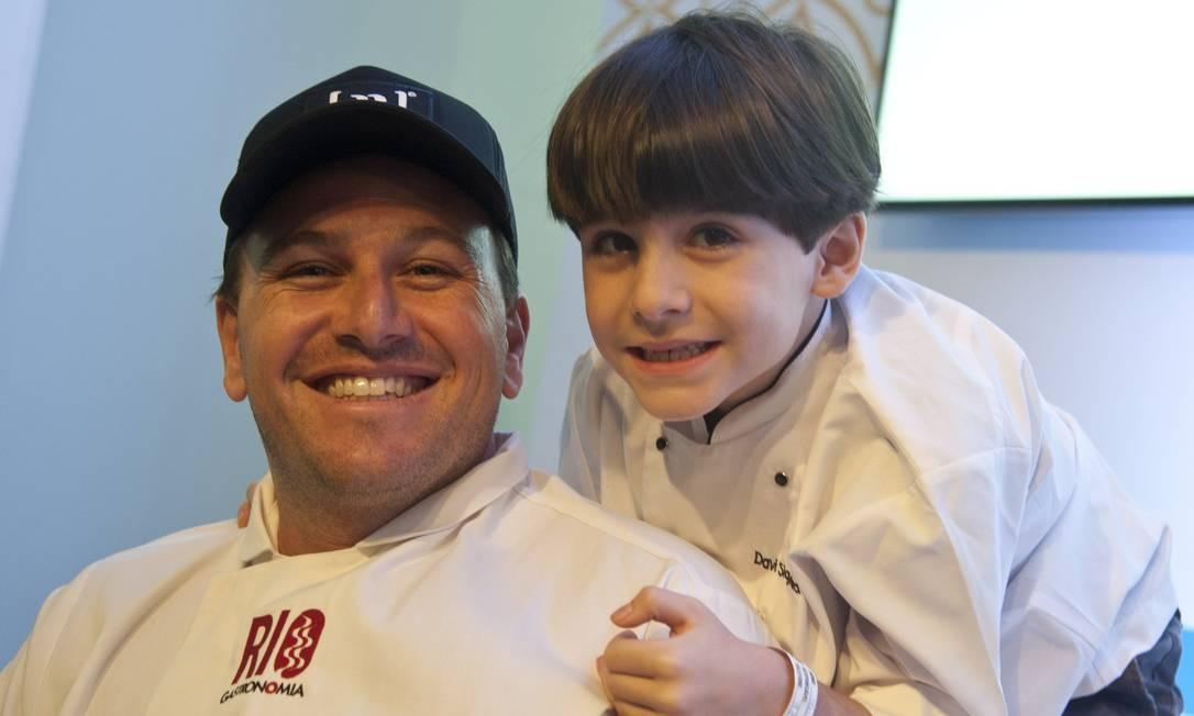 O chef Pedro Siqueira com o filho Davi no Rio Gastronomia Adriana Lorete / Agência O Globo