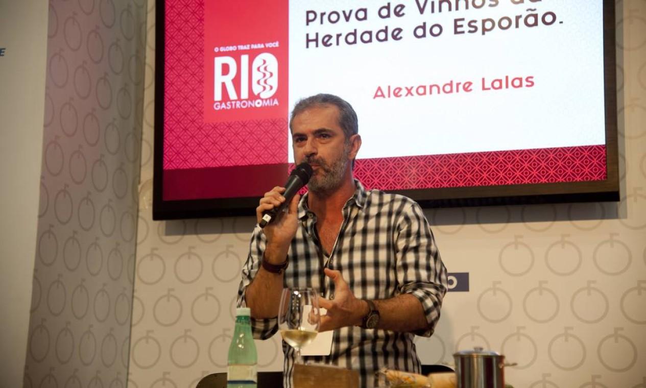 No Auditório Santander, Alexandre Lalas comandou uma prova de vinhos da vinícola Herdade do Esporão, da região do Alentejo, em Portugal Foto: Adriana Lorete / Agência O Globo