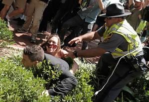 Organizador de protesto pró-supremacistas, Jason Kessler é derrubado por manifestante contrária ao discurso de extrema-direita em Charlottesville Foto: JUSTIN IDE / REUTERS