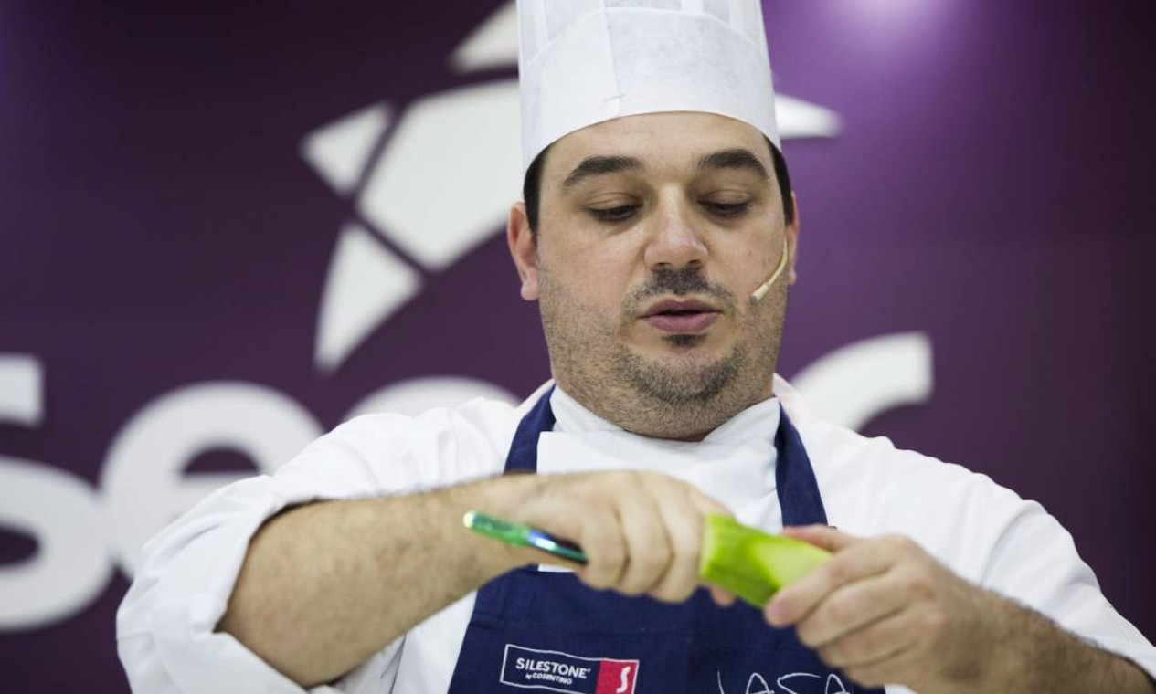 O chef Rafa Costa e Silva ensinou a fazer um prato com chuchu no Cozinha Mão na Massa, do Senac Foto: Monica Imbuzeiro / Agência O Globo