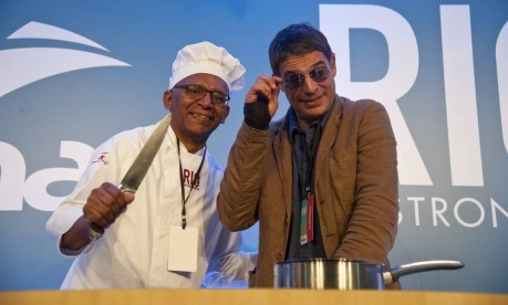 Antes de sua aula, Olivier fez graça com os funcionários do Rio Gastronomia Foto: Adriana Lorete / Agência O Globo