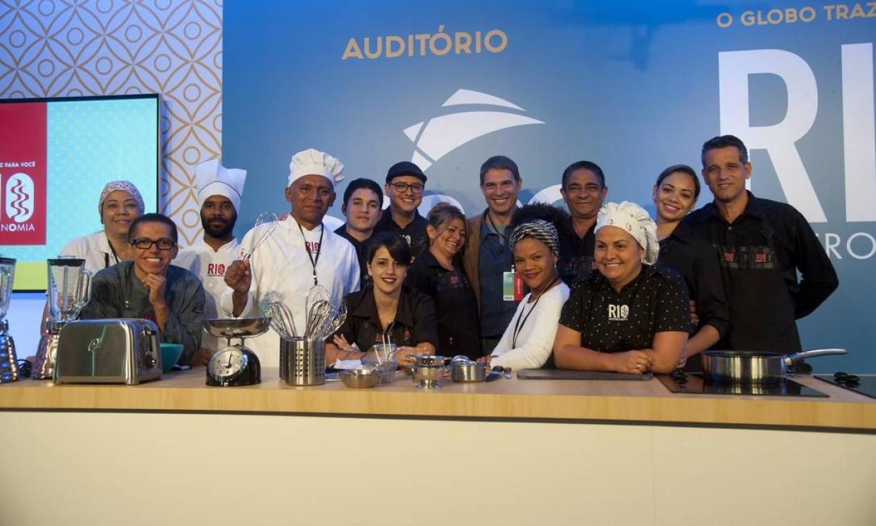 Olivier Anquier posa para foto com garçons e a equipe que trabalha nos bastidores do Rio Gastronomia Foto: Adriana Lorete / Agência O Globo