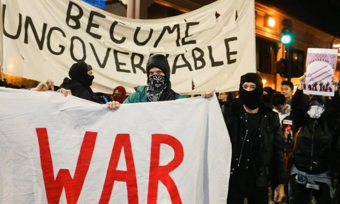 Manifestantes protestam em Berkeley e a palestra de Milo Yiannopoulos é cancelada em 1 de fevereiro de 2017 Foto: Elijah Nouvelage / AFP/1-1-2017