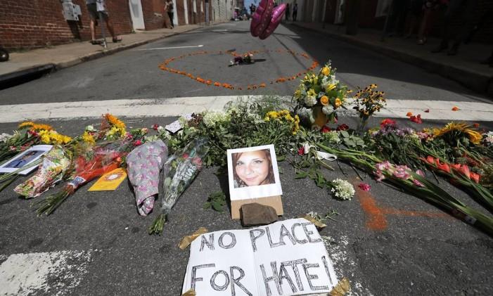 Flores homenageiam Heather Heyer, morta quando um carro avançou contra a multidão que protestava contra a manifestação dos supremacistas brancos, em Charlottesville, na Virgínia Foto: CHIP SOMODEVILLA / AFP/13-8-2017