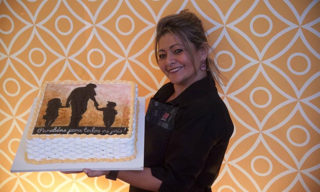 Marilena Miranda Silva, que trabalha como garçonete no Rio Gastronomia, preparou uma um bolo confeitado para brindar os pais no ultimo dia do evento Adriana Lorete / Agência O Globo