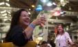 A advogada Rogéria Maia brinda ao Rio Gastronomia: ela esteve em três dos sete dias desta edição no Píer Mauá Foto: Adriana Lorete / Agência O Globo