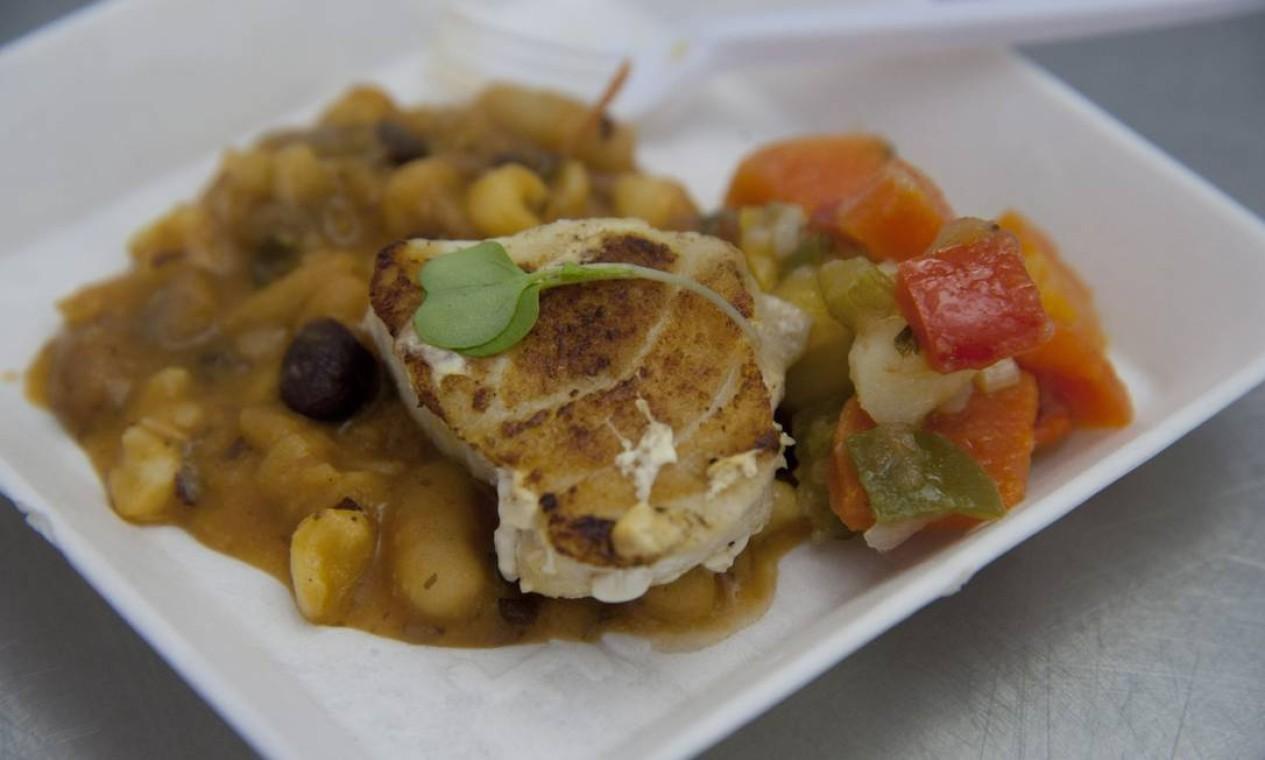 Ricardo Lapeyre e Louise Berthe prepararam um peixe com Corn Chaff Foto: Adriana Lorete / Agência O Globo