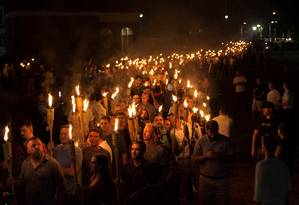 Manifestantes de extrema-direita acendem tochas em protesto na Universidade da Virgínia Foto: STRINGER / ALEJANDRO ALVAREZ/NEWS2SHARE
