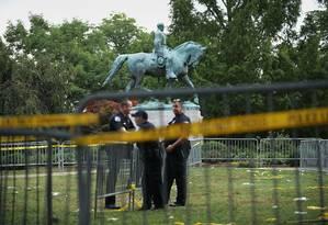 Policiais cercam área com estátua do general Robert Lee, em Charlottesville Foto: CHIP SOMODEVILLA / AFP