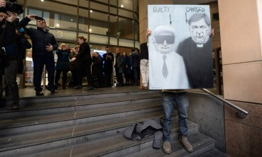 Manifestante protesta na corte de Melbourne; na ocasião, o cardeal australiano George Pell respondeu acusações de abuso sexual Foto: Mal Fairclough / AFP