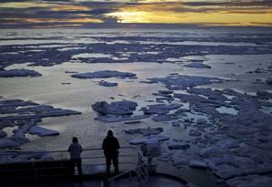 Pesquisadores observam o gelo marinho no Estreito Victoria, no Arquipélago Ártico Canadense Foto: David Goldman / AP