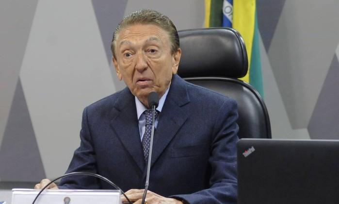 Resultado de imagem para Legenda: Senador Edison Lobão em entrevista ao telefone, em Brasília-DF.