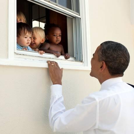 Obama postou no Twitter imagem com crianças de diferentes etnias Foto: Pete Souza/Casa Branca / Divulgação/@BarackObama