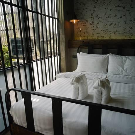 Quarto do Sook Station, o hostel em Bangkok que simula uma prisão Foto: Sook Station / Reprodução