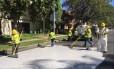 Funcionários pintam as ruas da cidade