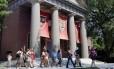 Na foto, um grupo visita as dependências do campus da universidade de Harvard