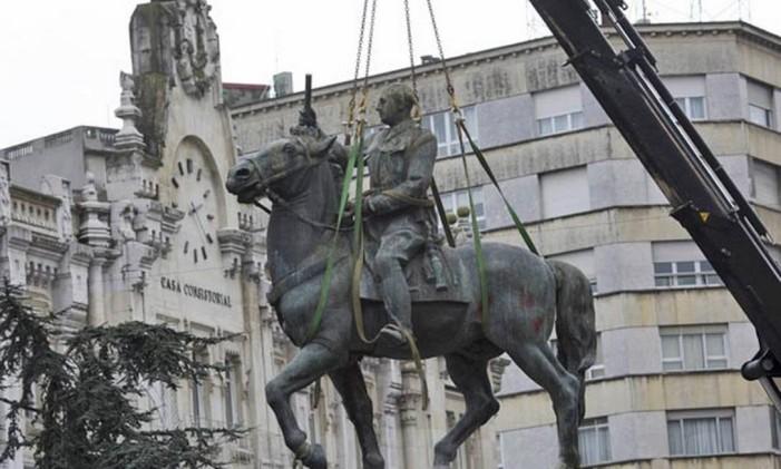Estátua de Franco a cavalo é retirado de praça no norte da cidade espanhola de Santander Foto: AP