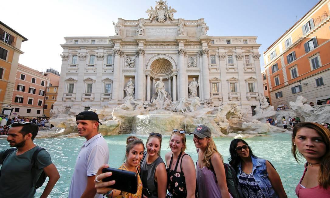 ... e não tirar uma selfie em frente à Fontana di Trevi, símbolo da capital italiana Max Rossi / Reuters