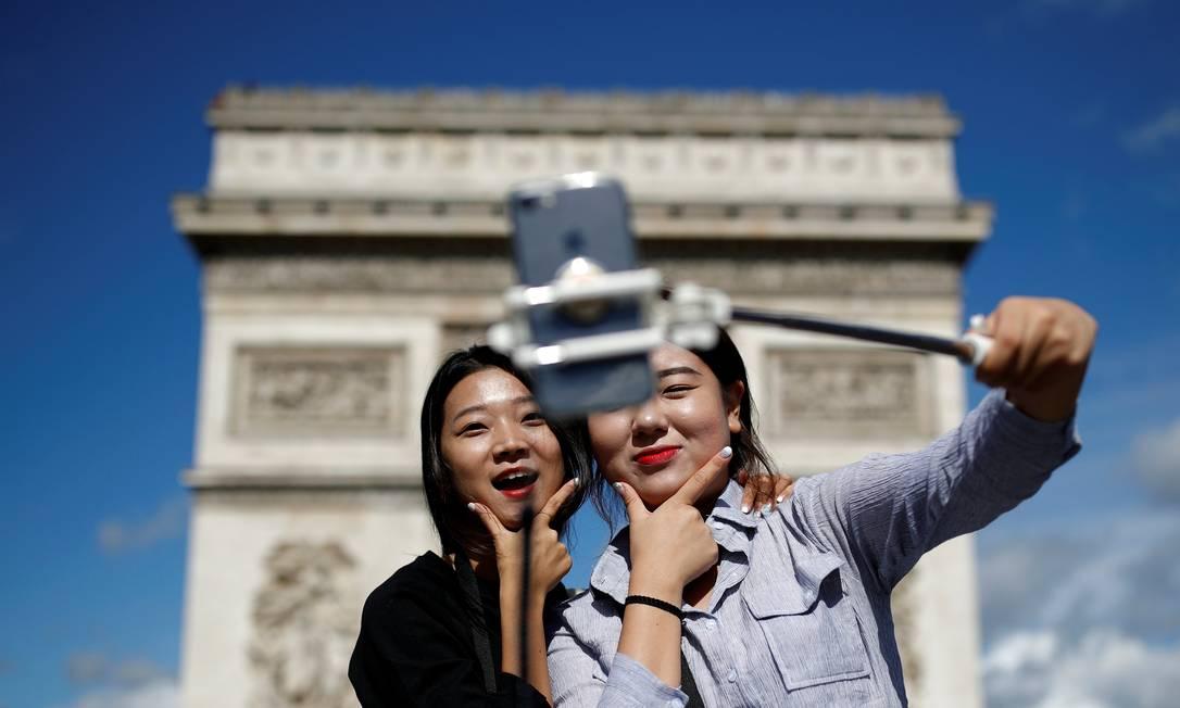 O Arco do Triunfo é um dos lugares mais populares para uma selfie em Paris Christian Hartmann / Reuters
