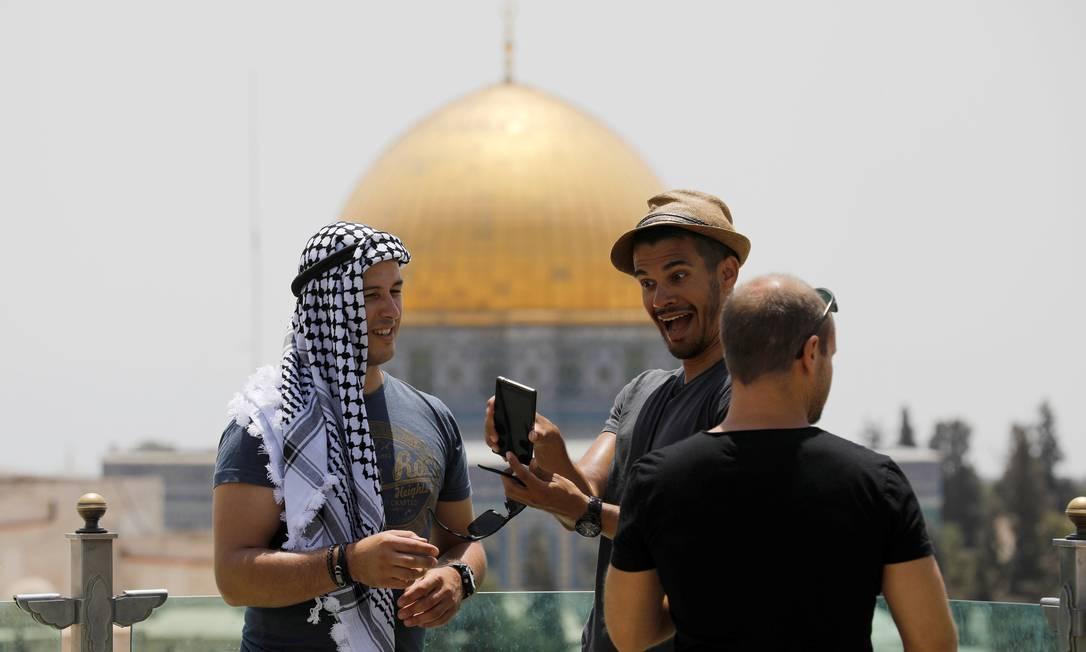Turistas alemães se preparam para tirar uma selfie em frente ao Domo da Rocha, em Jerusalém. Amir Cohen / REUTERS