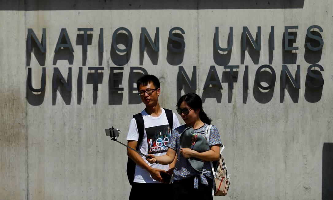Pausa no passeio por Genebra, na Suíça, para um registro em frente ao prédio da ONU Foto: Denis Balibouse / REUTERS