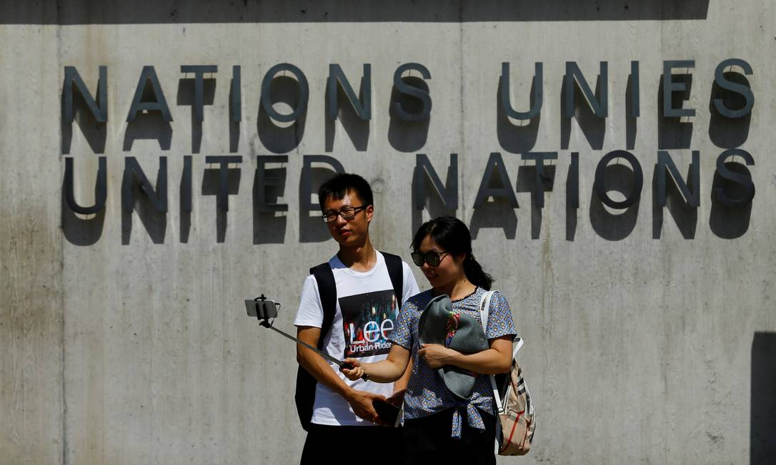 Pausa no passeio por Genebra, na Suíça, para um registro em frente ao prédio da ONU Denis Balibouse / REUTERS