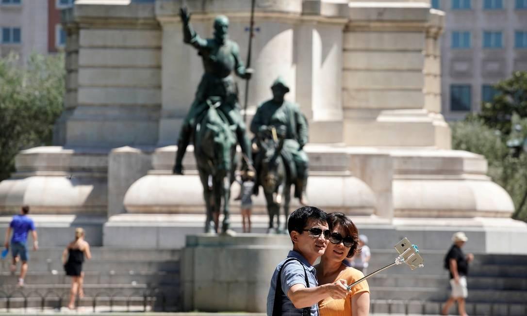 Vamos tirar uma foto com Dom Quixote e Sancho Pança na Plaza de Espana, em Madri? Foto: Paul Hanna / REUTERS