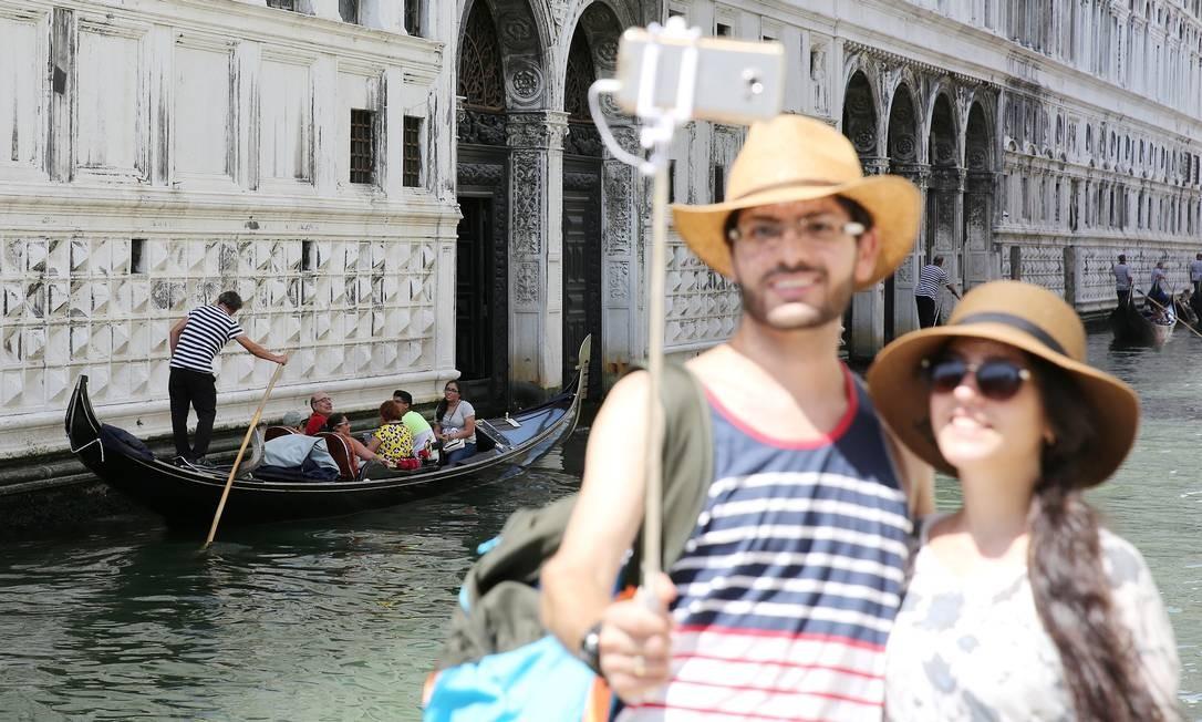 Ir a Veneza e não tirar uma selfie em frente a uma gôndola é como ir a Roma... Foto: Stefano Rellandini / REUTERS