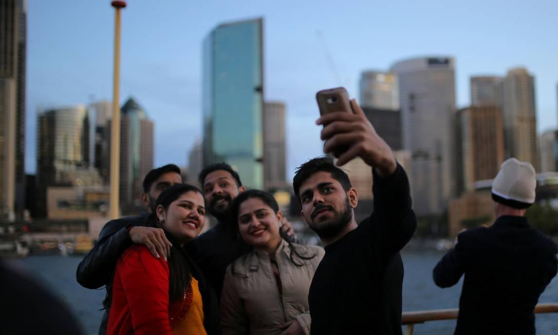 Grupo de turistas faz uma selfie a bordo da barca Manly, em frente ao Circular Quay, no porto de Sydney, na Austrália Steven Saphore / REUTERS