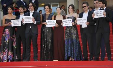 Exibição do filme Aquarius em Cannes em 2016 foi marcado por protesto de atores, produtor e diretor contra Temer Foto: Jean-Paul Pelissier / Reuters / 17-5-16
